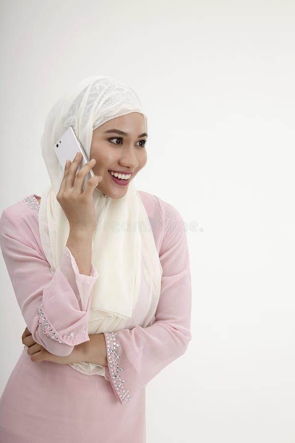 Malajiska kvinna på mobiltelefonen fotografering för bildbyråer
