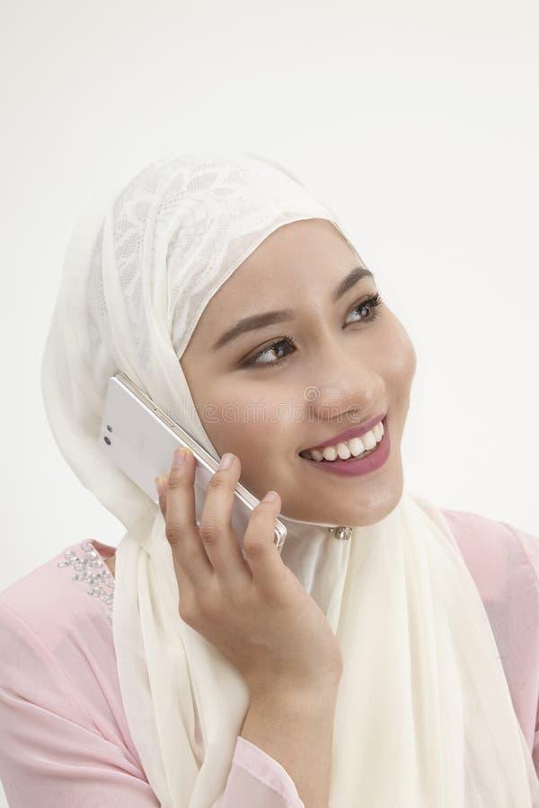 Malajiska kvinna på mobiltelefonen royaltyfri fotografi