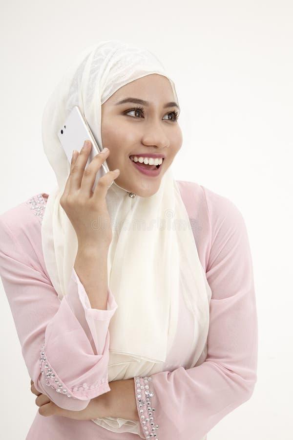 Malajiska kvinna på mobiltelefonen arkivfoto