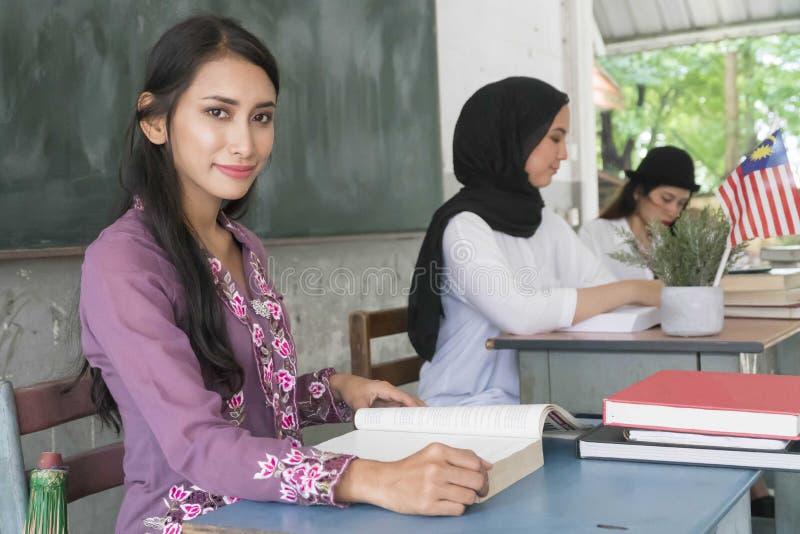 Malajiska skolalärare royaltyfria foton