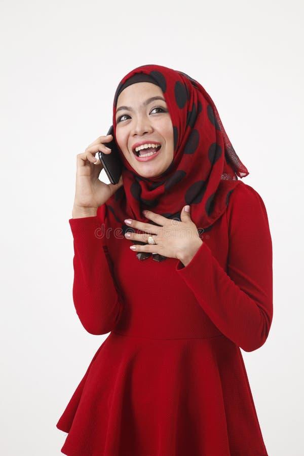 Malajska kobieta opowiada z mądrze telefonem obrazy royalty free