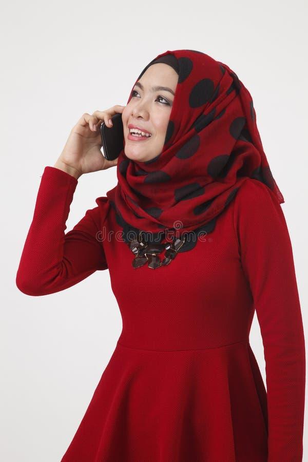 Malajska kobieta opowiada z mądrze telefonem fotografia royalty free