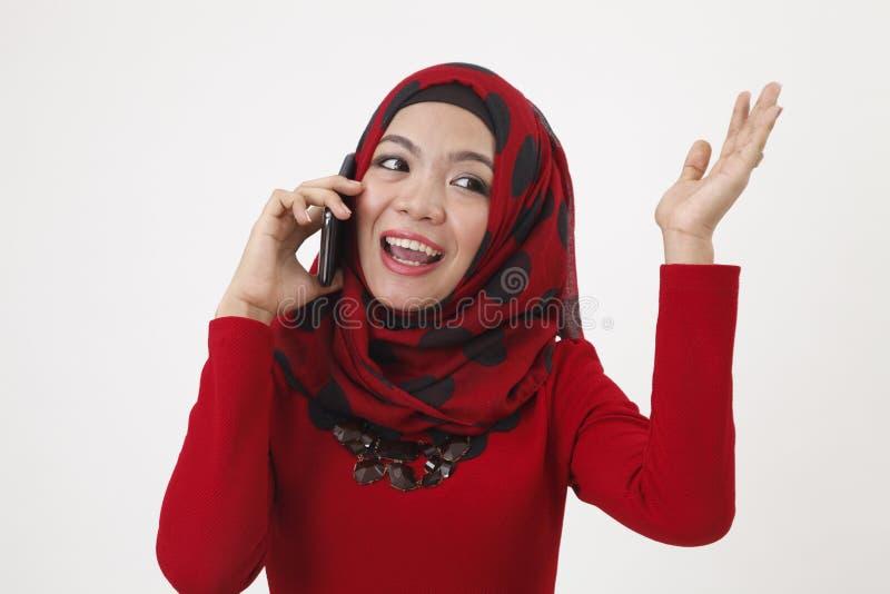 Malajska kobieta opowiada z mądrze telefonem zdjęcia royalty free