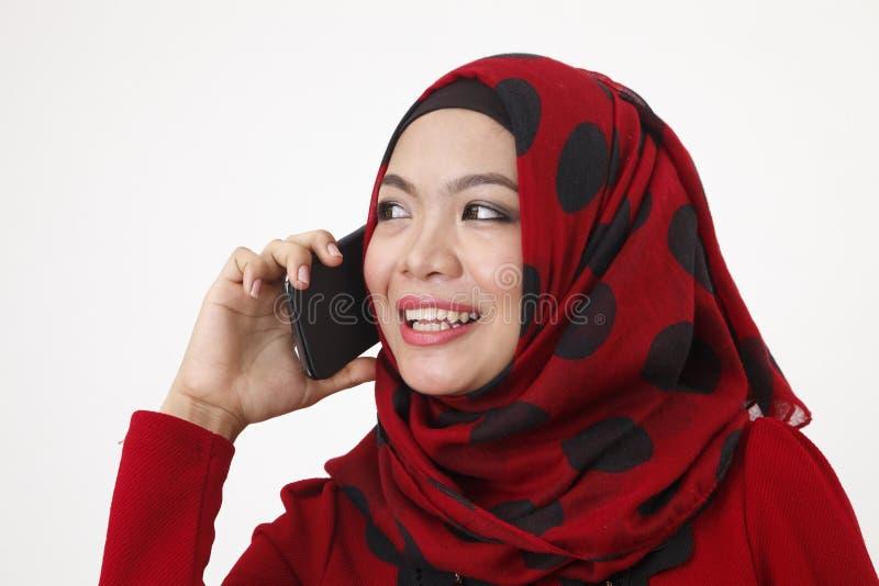 Malajska kobieta opowiada z mądrze telefonem obraz royalty free