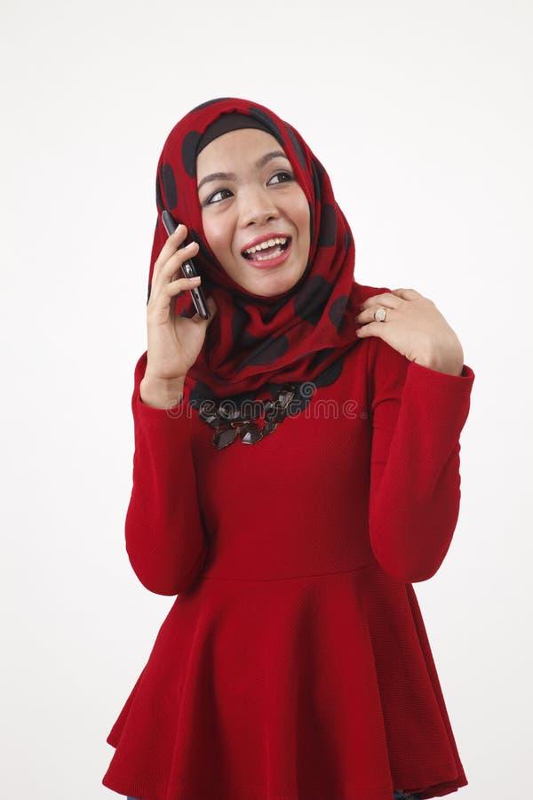 Malajska kobieta opowiada z mądrze telefonem zdjęcia stock