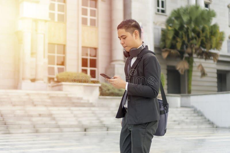 Malajski facet w garniturze na zewnątrz zdjęcia stock