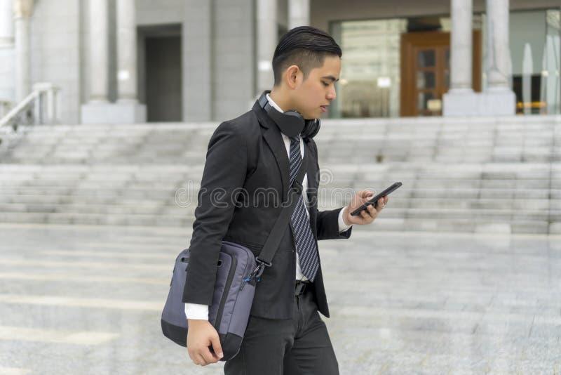Malajski facet w garniturze na zewnątrz zdjęcie stock