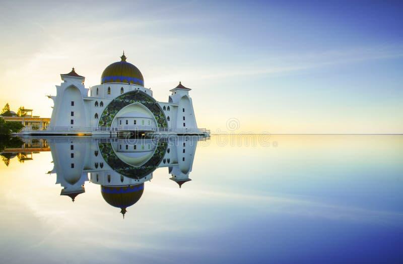 Malakka-Straßen-Moschee (Masjid Selat Melaka), ist es eine Moschee, die auf der künstlichen Malakka-Insel nahe Malakka-Stadt, Mal lizenzfreies stockfoto