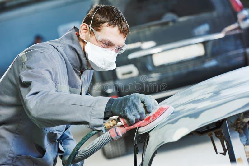 Malande autobody hätta för auto repairman royaltyfria bilder