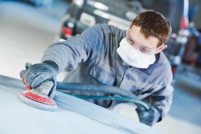 Malande autobody hätta för auto repairman arkivbild