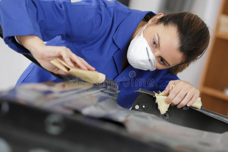 Malande autobody hätta för auto repairman arkivfoto