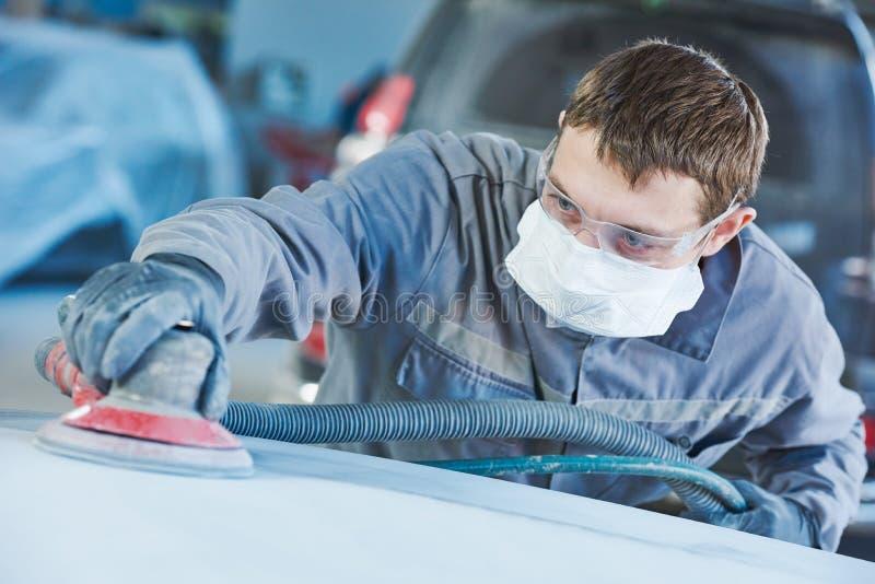 Malande autobody hätta för auto repairman fotografering för bildbyråer