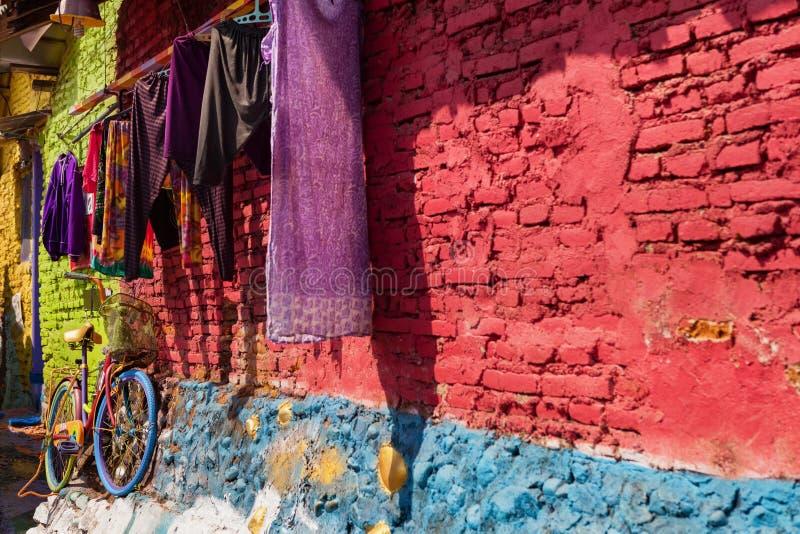 Malang Indonesien - Juli 12, 2018: Jodipan by med det målade färgrika husKampung Warna Warni populära stället som ska besökas för arkivbilder