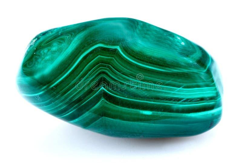 Malaquita mineral en un fondo blanco fotografía de archivo