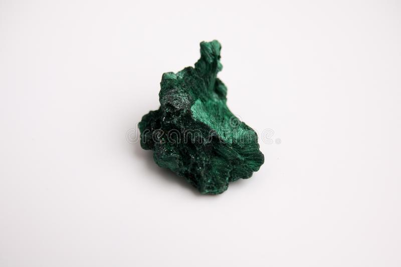 Malaquite, pedra mineral verde isolada em um fundo branco foto de stock