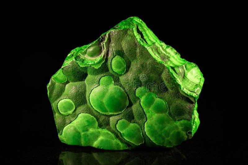 Malaquite verde na frente do preto foto de stock