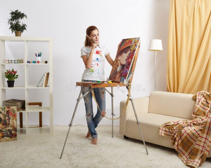 Malarz kobieta z drewnianym sketchbook i obrazu portretem zdjęcie royalty free