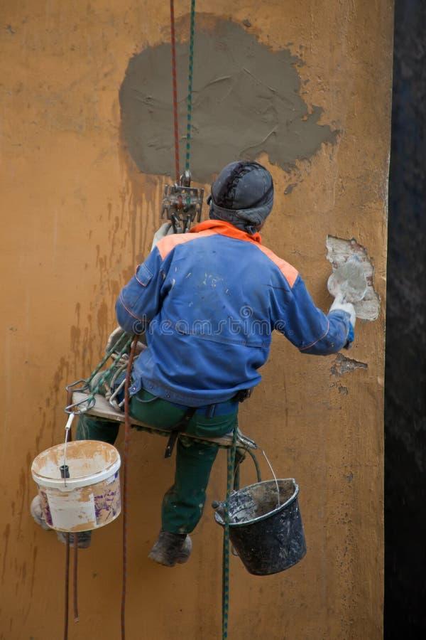 Malarz naprawia ścianę dom obraz royalty free