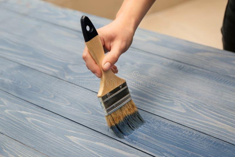 Malarz odnawi drewnianą powierzchnię obraz stock
