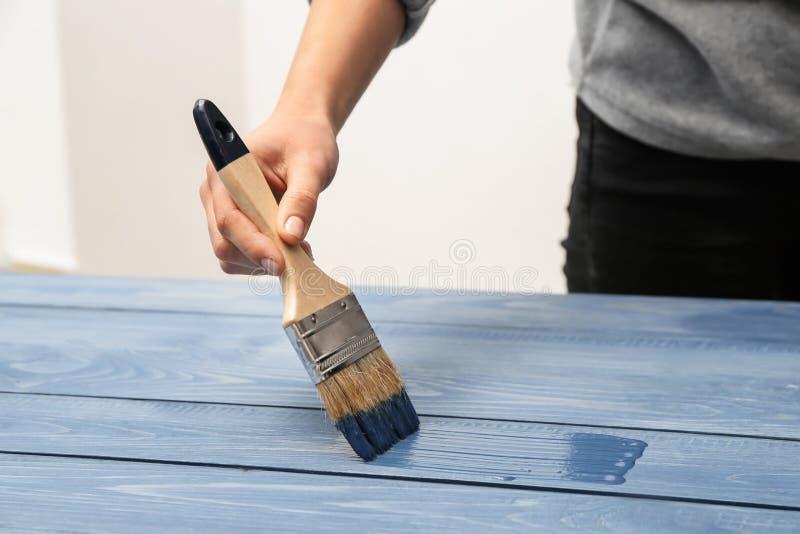 Malarz odnawi drewnianą powierzchnię zdjęcie royalty free