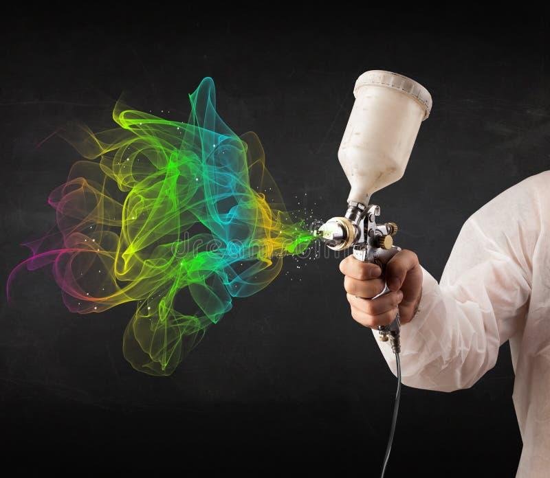 Malarz pracuje z airbrush i farby kolorową farbą fotografia stock