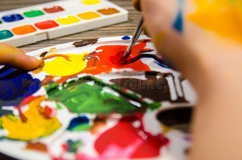 Malarz ręki i guaszów kolory obraz stock