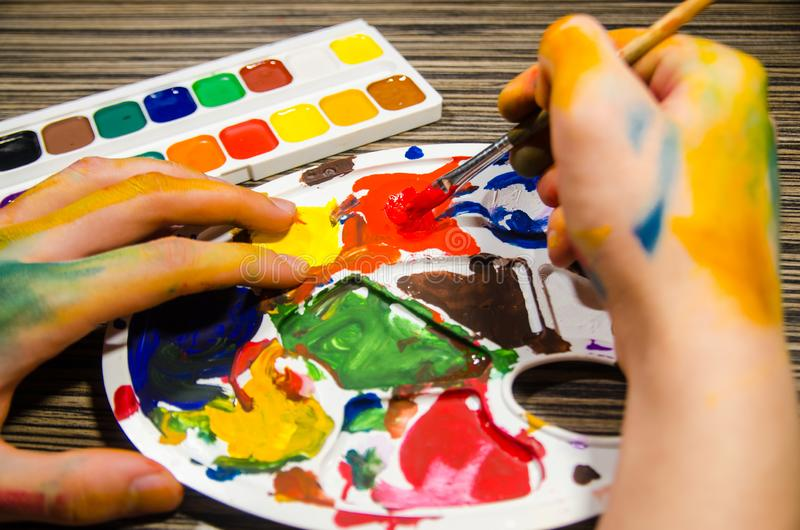Malarz ręki i guaszów kolory obrazy royalty free