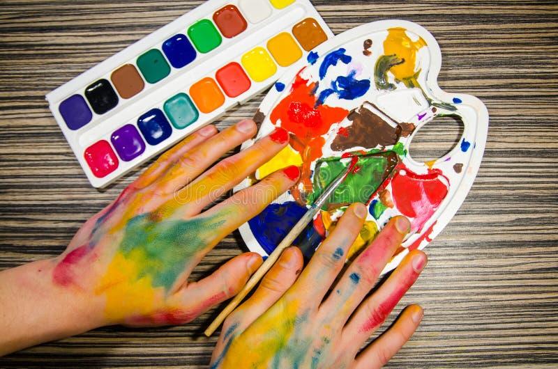 Malarz ręki i guaszów kolory fotografia stock
