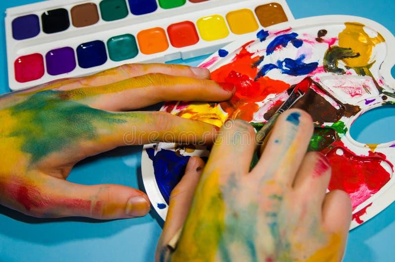 Malarz ręki i guaszów kolory zdjęcia royalty free