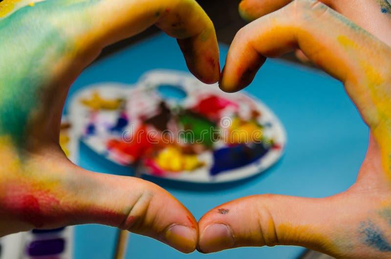 Malarz ręki robi sercu zdjęcia royalty free