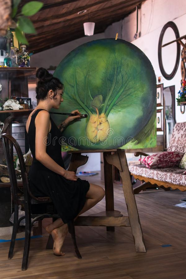 Malarz uzupełnia jej obraz w jej studiu obrazy stock