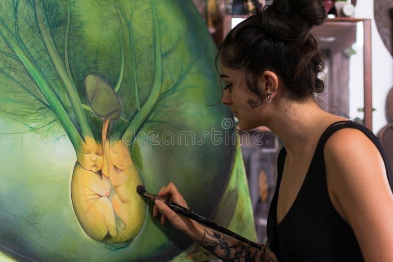 Malarz uzupełnia jej obraz w jej studiu obraz royalty free