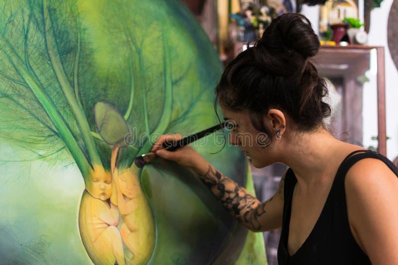 Malarz uzupełnia jej obraz w jej studiu obrazy royalty free