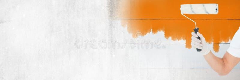 Malarza mienia rolownik i malująca ściana z przemianą zdjęcie royalty free