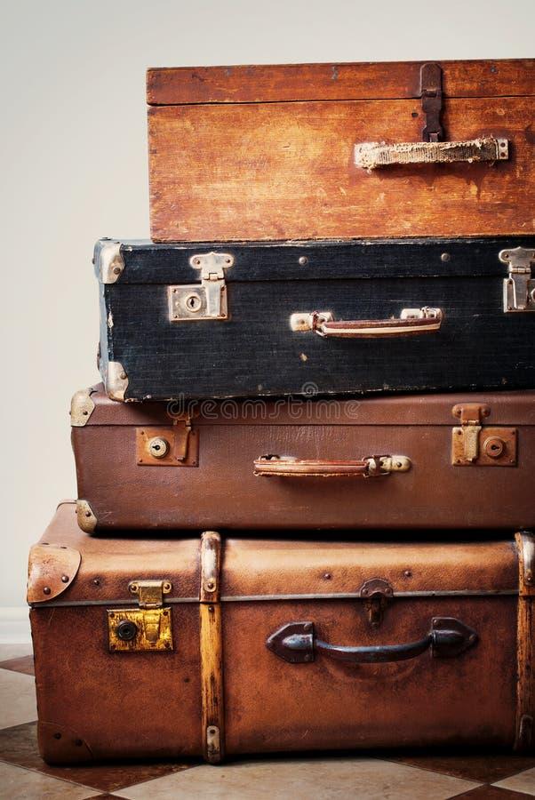 Malas de viagem antigas em uma pilha fotografia de stock royalty free