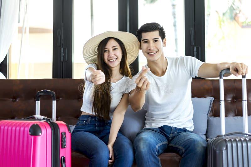 Malas de viagem asiáticas da embalagem do viajante dos pares da felicidade que preparam-se para foto de stock royalty free