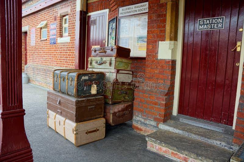 Malas de viagem na plataforma preservada da estação imagens de stock