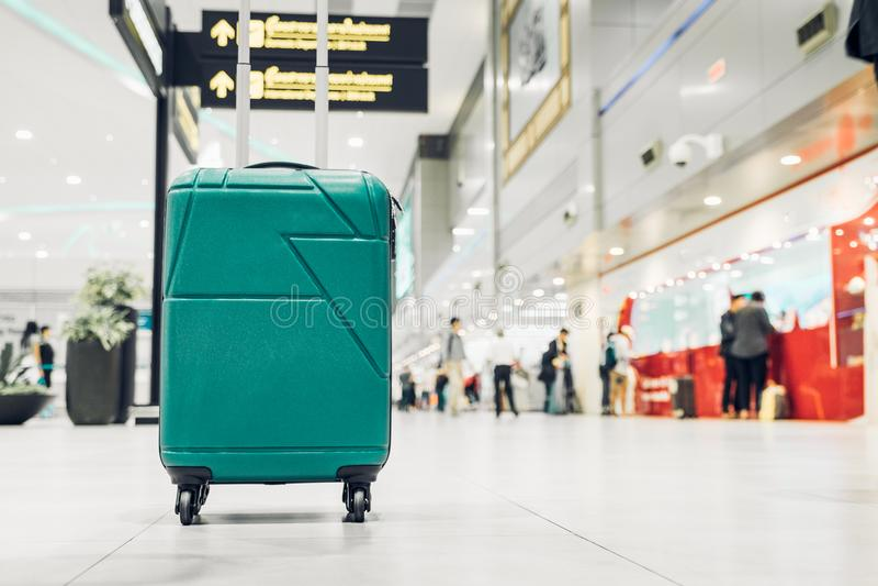 Malas de viagem no terminal da partida do aeroporto com os povos do viajante wal imagem de stock royalty free