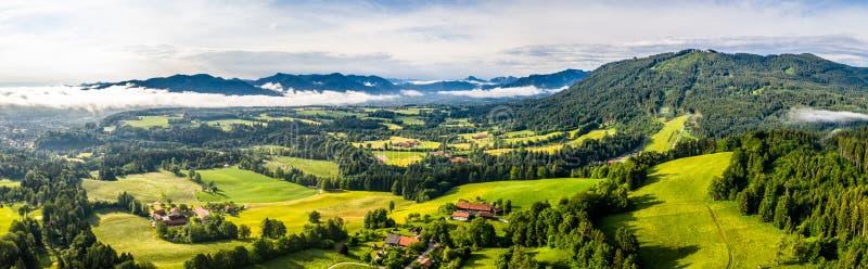 Malas montañas bávaras aéreas de Toelz Campo de golf Montaña de Blomberg Tiro del abejón de la mañana con algunas nubes en el cie fotografía de archivo libre de regalías