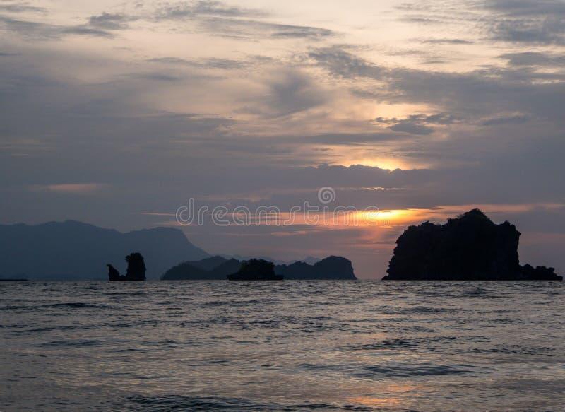 Malasia - puesta del sol sobre el mar fotos de archivo