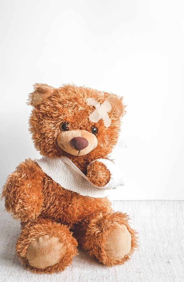 Malattie infantili dell'orsacchiotto di concetto al fondo del tessuto fotografia stock