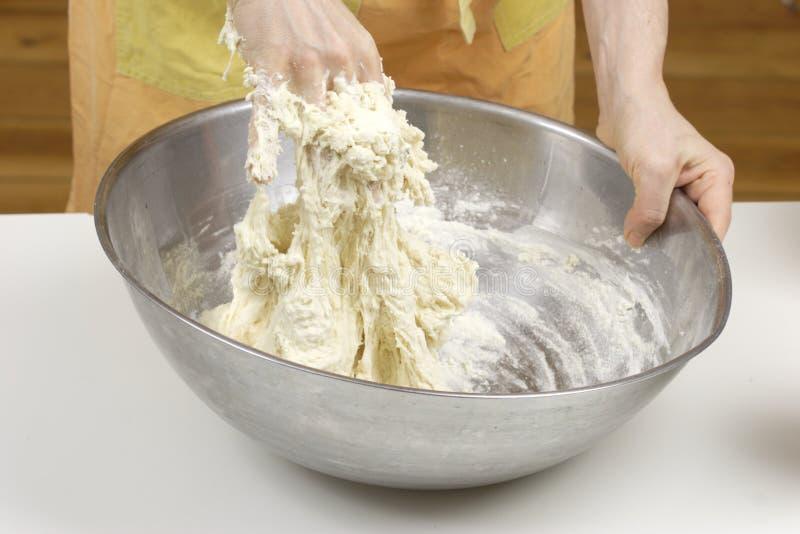 Malaxage de la pâte image stock