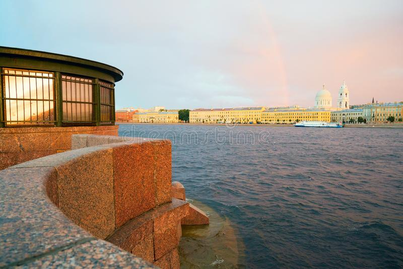 Malaya Neva, remblai de Makarova, le soir au coucher du soleil, avec un arc-en-ciel sur l'horizon St Petersburg images libres de droits