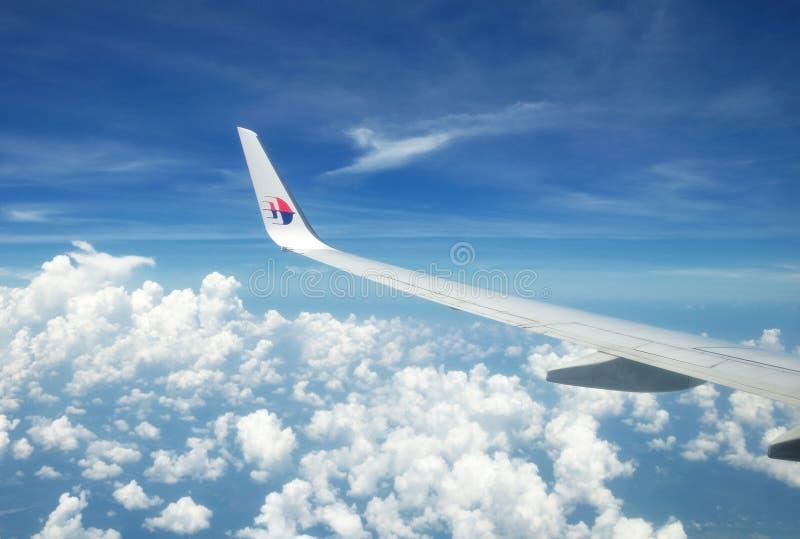 Malaysia Airlines Boeing 737-800 que voam sobre o céu malaio imagens de stock royalty free
