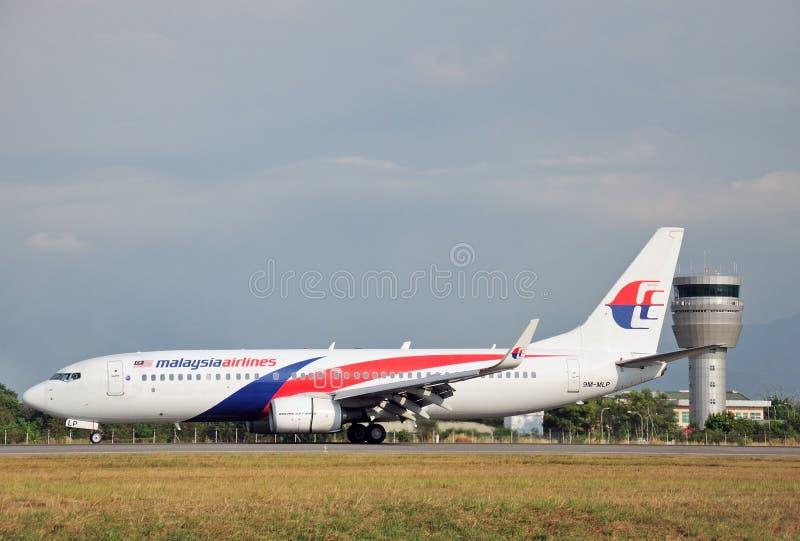Malaysia Airlines Boeing 737-800 roulant au sol chez Kota Kinabalu International Airport image stock