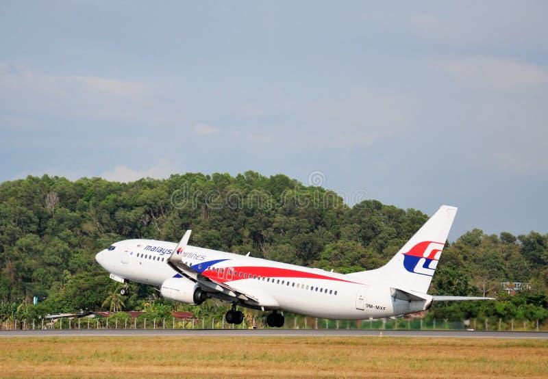 Malaysia Airlines Boeing 737 - 800 saca en el aeropuerto de Kota Kinabalu International fotografía de archivo