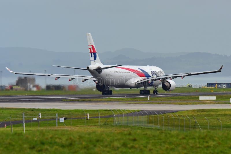 Malaysia Airlines flygbuss A330 som åker taxi för avvikelse på Auckland den internationella flygplatsen royaltyfri bild