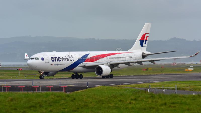Malaysia Airlines flygbuss A330 som åker taxi för avvikelse på Auckland den internationella flygplatsen royaltyfria bilder