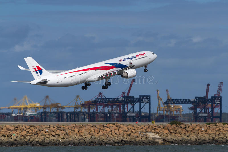 Malaysia Airlines flygbuss A330 som tar av royaltyfri fotografi