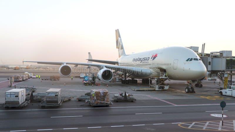 Malaysia Airlines A380 samolot utrzymuje przy lotniskiem Konceptualny artykuł wstępny zdjęcie royalty free
